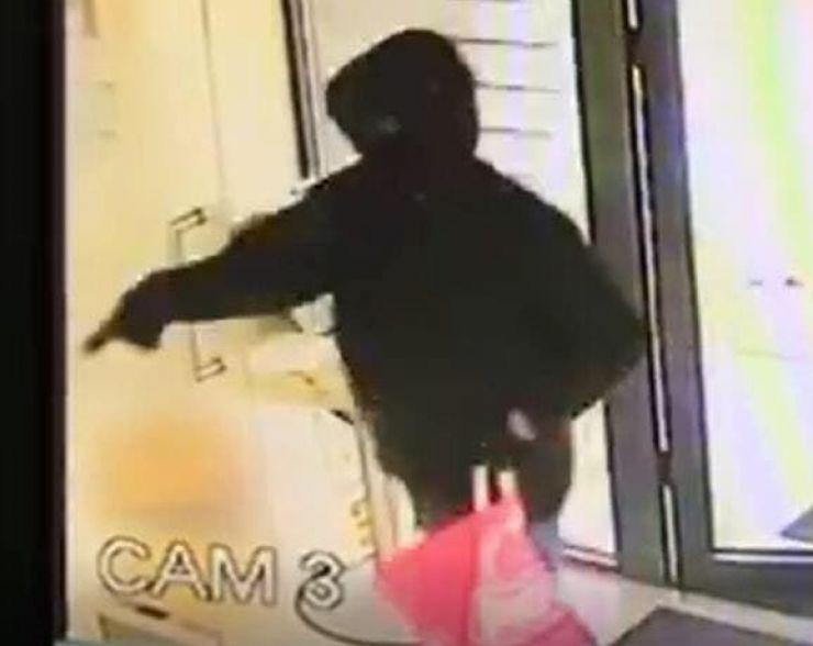 Tentativă de jaf armat la o bancă. Cine a văzut bărbatul din imagine, să sune imediat la 112