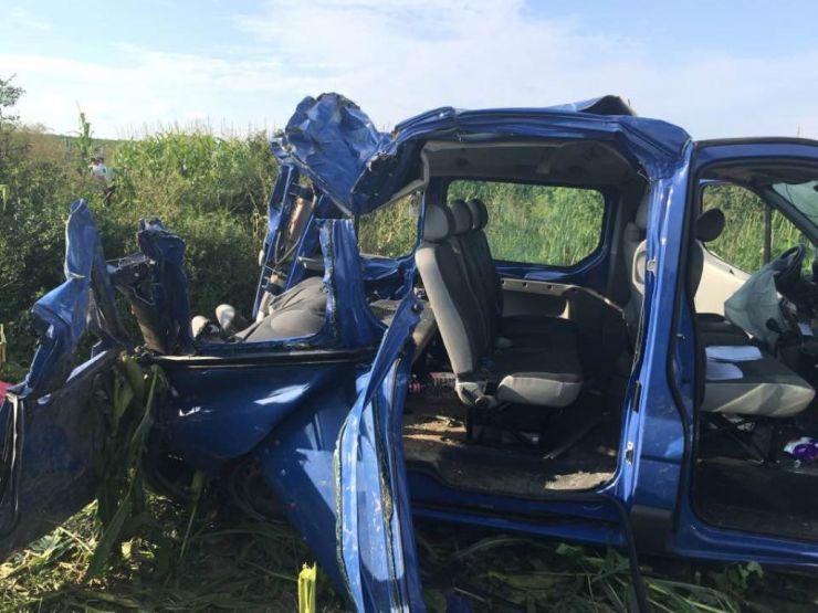 Accident rutier grav soldat cu moartea unei femei și rănirea a șase pasageri