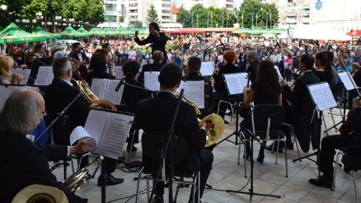 """Concert în aer liber în centrul municipiului al Filarmonicii """"Dinu Lipatti"""""""