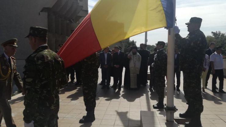 Prezent la Satu Mare, episcopul Timotei Sătmăreanul a sfințit şi sărutat tricolorul