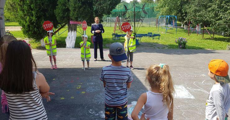 """Polițiștii, în mijlocul copiilor din cadrul taberei de vară """"Be creative"""""""