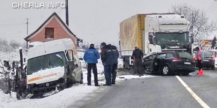 Accident mortal. Un sătmărean a murit, după ce mașina în care se afla a intrat sub un TIR