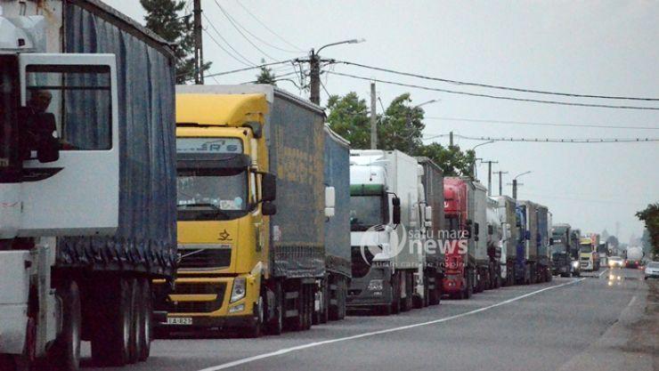 Coadă kilometrică la Petea. Camioanele așteaptă peste 180 de minute
