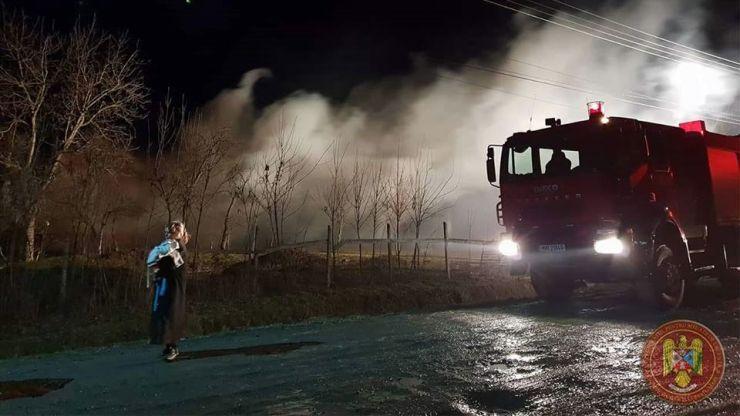 Pompierii sar în ajutorul celor șapte copii din Tătărăști rămași fără casă