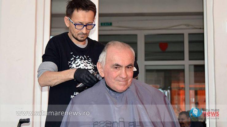 """Bătrânii de la Centrul """"Șansa"""", răsfățați de serviciile gratuite ale unuia dintre cei mai cunoscuți frizeri din oraș"""