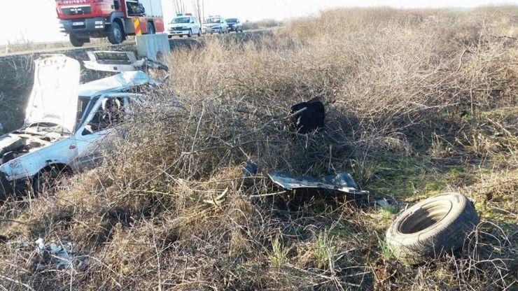 Mașină lovită de un tren. O femeie a fost proiectată din mașină