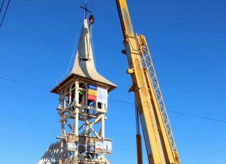 La Apa a fost montată turla pe Biserica de lemn ridicată în memoria dr. Vasile Lucaciu