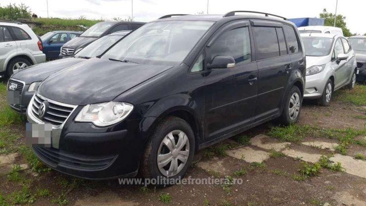Volkswagen Touran căutat de autoritățile din Cehia, oprit la Vama Petea