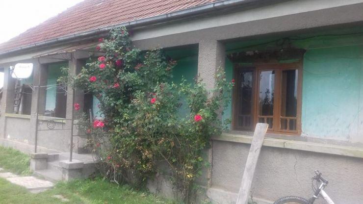 A oferit GRATUIT o casă + 5 hectare de teren unei familii cu doi copii evacuată din imobilul în care locuia