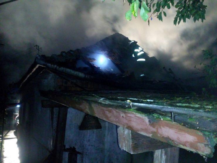 Casă distrusă de flăcări în miezul nopții