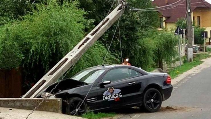 O șoferiță a intrat cu bolidul în stâlp