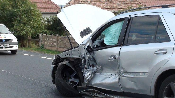 Un șofer a intrat pe contrasens și a lovit altă mașină