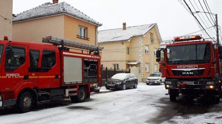 FOTO. Incendiu la acoperișul unei case situate pe strada Trandafirilor