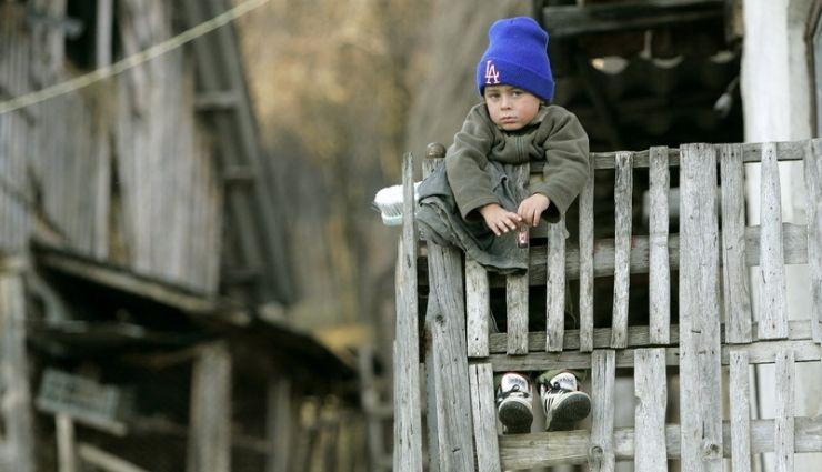 Sute de copii din Satu Mare, abandonaţi de părinţii plecaţi la muncă în străinătate