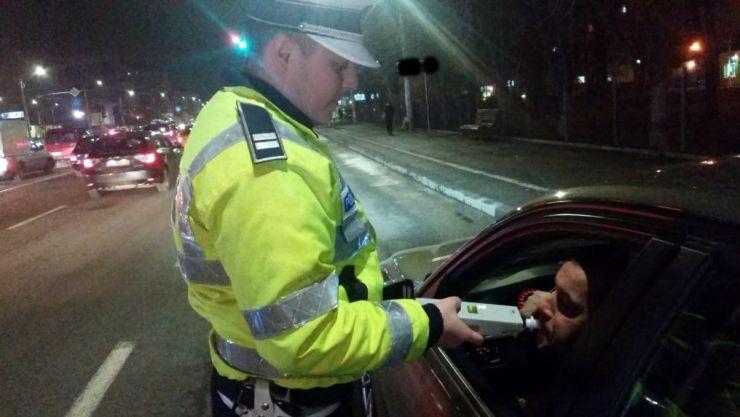Beat şi fără permis la volan. Poliţiştii l-au oprit în trafic, în urma unui control de rutină