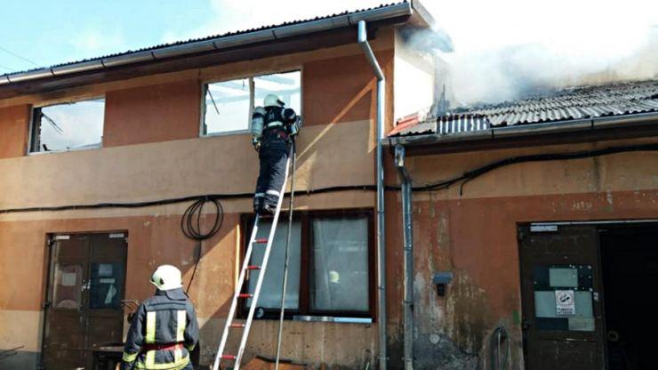 Incendiu la acoperișul unui sediu de firmă din municipiul Satu Mare