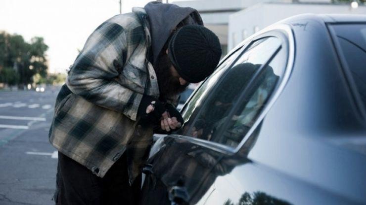 Au furau tot ce au găsit într-o mașină parcată. Hoți prinși la Satu Mare