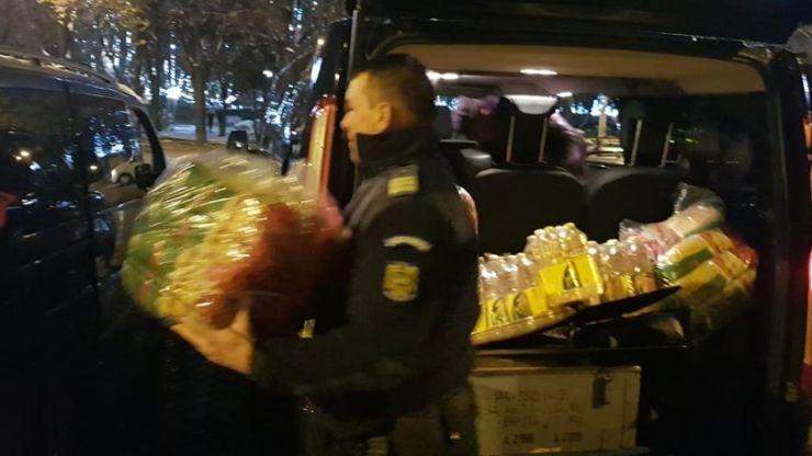 FOTO | Jandarmii au donat peste 100 de kg de alimente familiilor nevoiașe