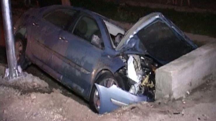 Doi tineri drogați au intrat cu mașina într-un cap de pod