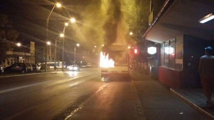 Un autobuz a luat foc în Carei