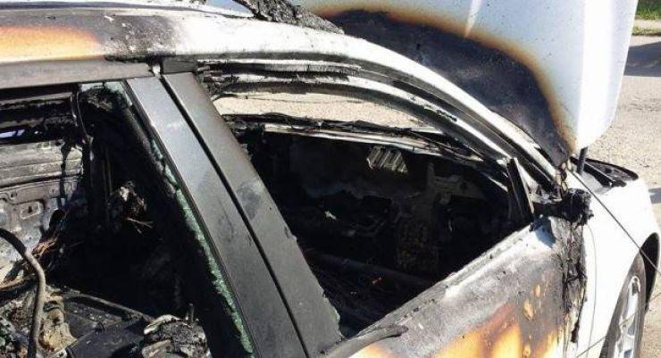 Mașină cuprinsă de flăcări