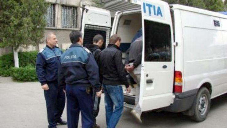 Patru tineri au furat un generator din scara unui bloc. Au fost prinși imediat de polițiști