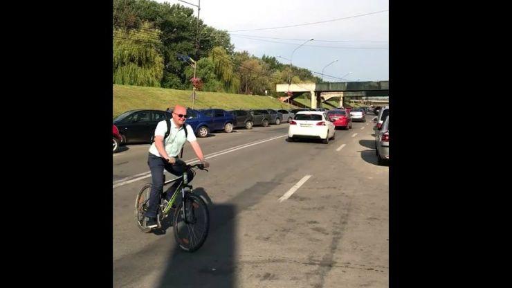 Primarul Sătmarului a renunțat la mașină. Kereskenyi a ales să circule cu bicicleta (foto/video)