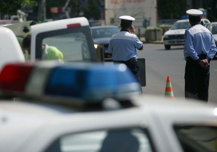 O șicanare în trafic între doi șoferi s-a lăsat cu bătaie, distrugere și furt