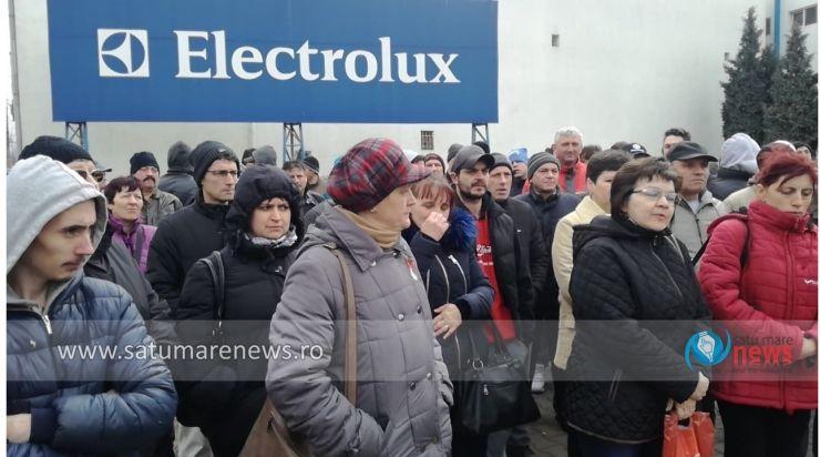 A doua zi de grevă generală la Electrolux. Sute de muncitori au protestat în fața fabricii