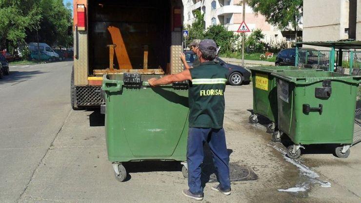 Primăria a pus Florisalul să spele și să dezinfecteze containerele