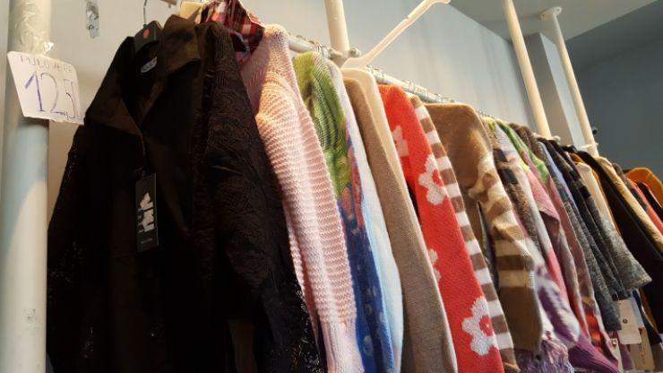Sătmăreancă prinsă în Oradea că vindea haine contrafăcute