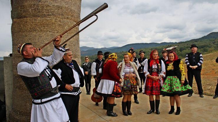 Sărbătoare la Negrești: Osâmbritu'. Păcurarii și-au coborât oile de la munte pentru iernat