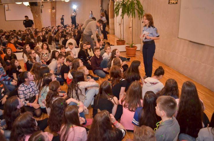 Elevii, informați despre discriminare și violența în familie