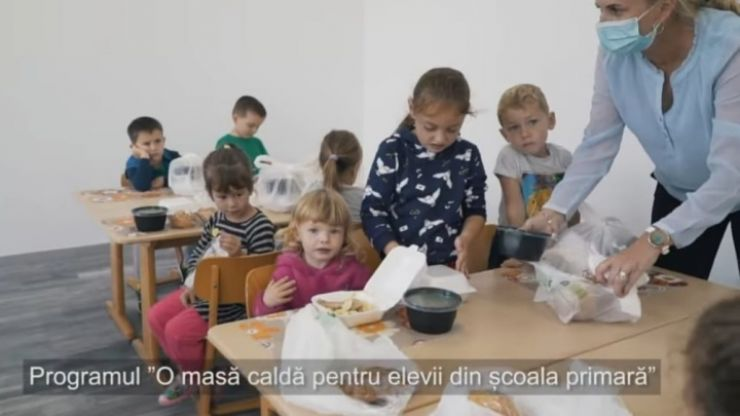"""Programul """"O masă caldă pentru școlari'' se bucură de succes la Beltiug. Adrian Cozma: Programul ar trebui implementat în special în zonele rurale"""