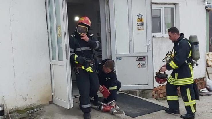 FOTO | Incendiu la o fabrică de mobilă din Negrești-Oaș soldat cu trei răniți (exercițiu)
