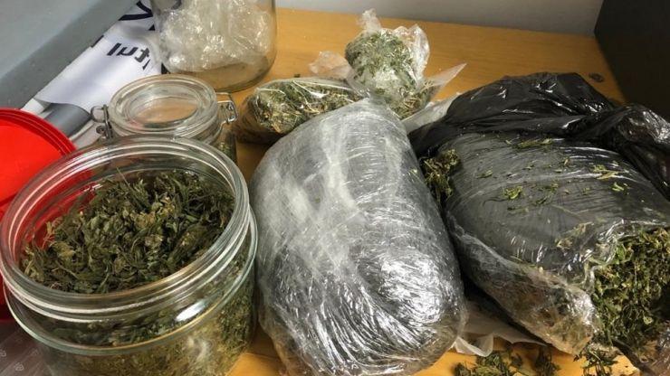 Cuplu prins în flagrant în timp ce încerca să vândă un kilogram de cannabis