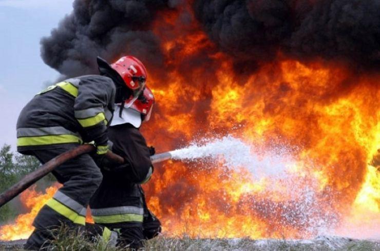 """Locuință incendiată, după o ceartă între concubini. """"Îndrăgostiții"""" au ajuns la spital cu arsuri pe 30% din suprafața corpului"""