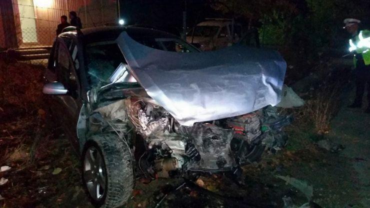 Accident grav în Lazuri. Două persoane încarcerate, după ce un stâlp a căzut peste o maşină