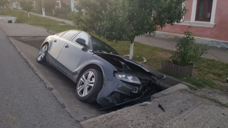 Accident în Gelu. Tânăr rănit, după ce s-a izbit cu mașina de un cap de pod
