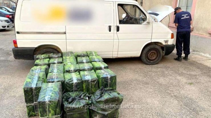 FOTO | Aproximativ 15.000 pachete cu ţigări descoperite într-o autoutilitară de polițiștii de frontieră