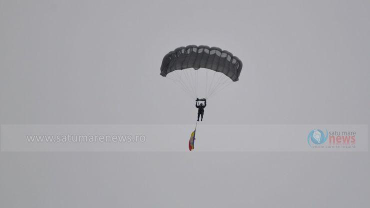 Vântul a încurcat aterizarea parașutistului care purta Drapelul României