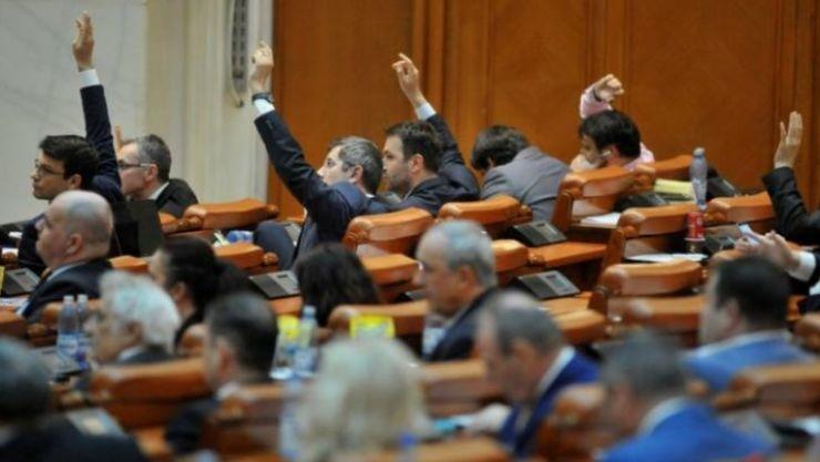 Deputații au votat eliminarea pensiilor speciale