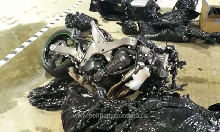 Motociclete dezmembrate, căutate de autoritățile din Italia, descoperite la Petea