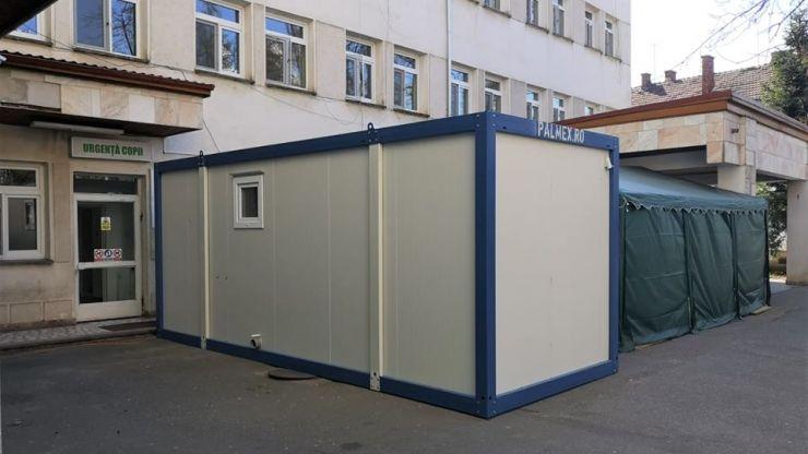 Container destinat pacienților suspecți de infecția cu noul coronavirus, în curtea Spitalului Orășenesc Negrești-Oaș