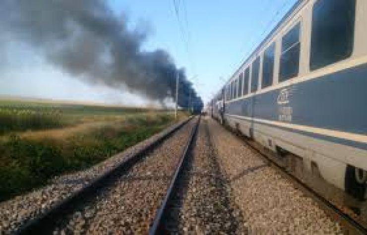 Treizeci de călători, evacuaţi din tren după ce locomotiva a luat foc (Foto)