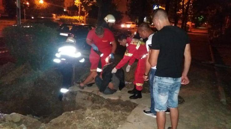 Pompierii sătmăreni au salvat un bărbat căzut într-o groapă