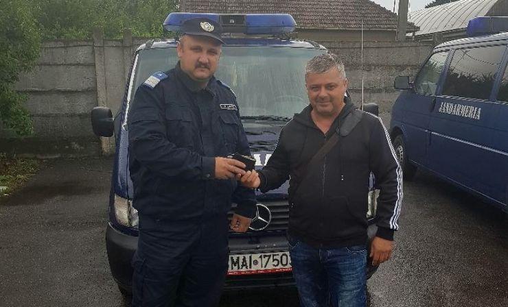 Portofel cu acte şi 1.500 de euro găsit şi returnat de un jandarm