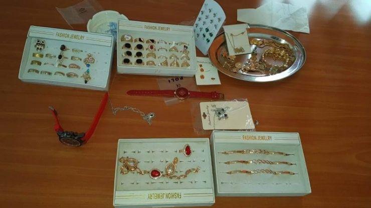 Bijuterii de contrabandă puse la vânzare pe stradă