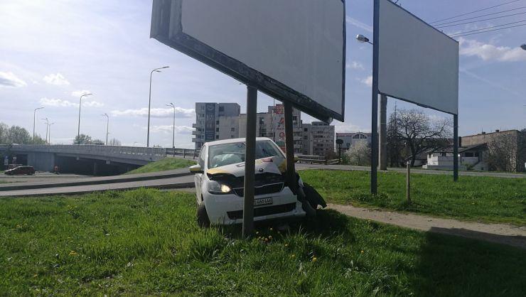 Mașină oprită într-un stâlp