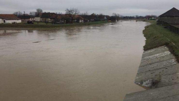 Tractor căzut în râul Crasna. Șoferul e de negăsit. Pompierii îl caută în aceste momente